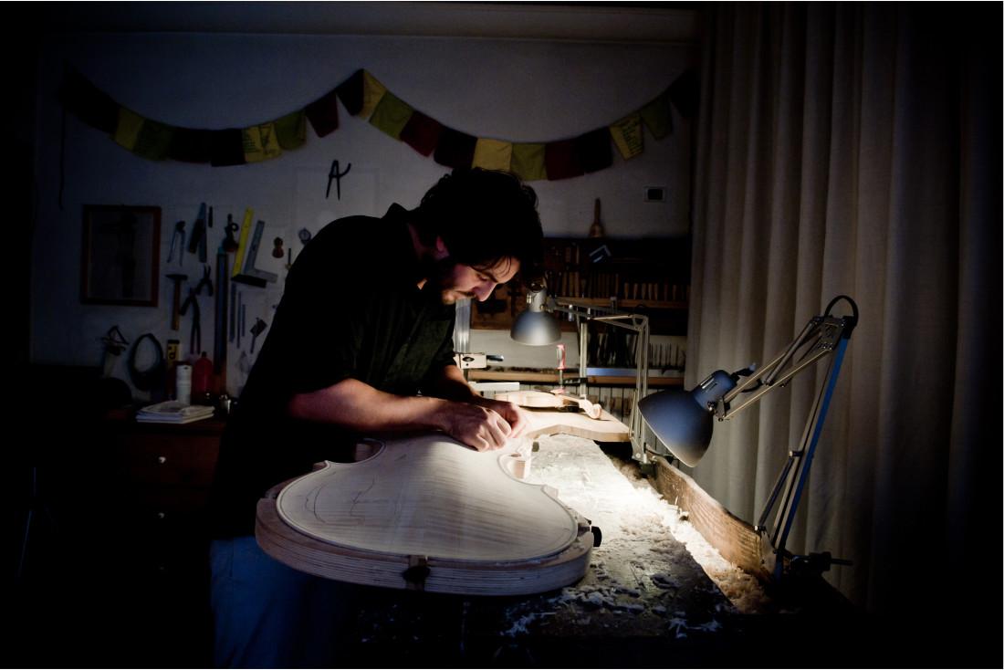liutaio gianmaria di trento costruisce un violoncello