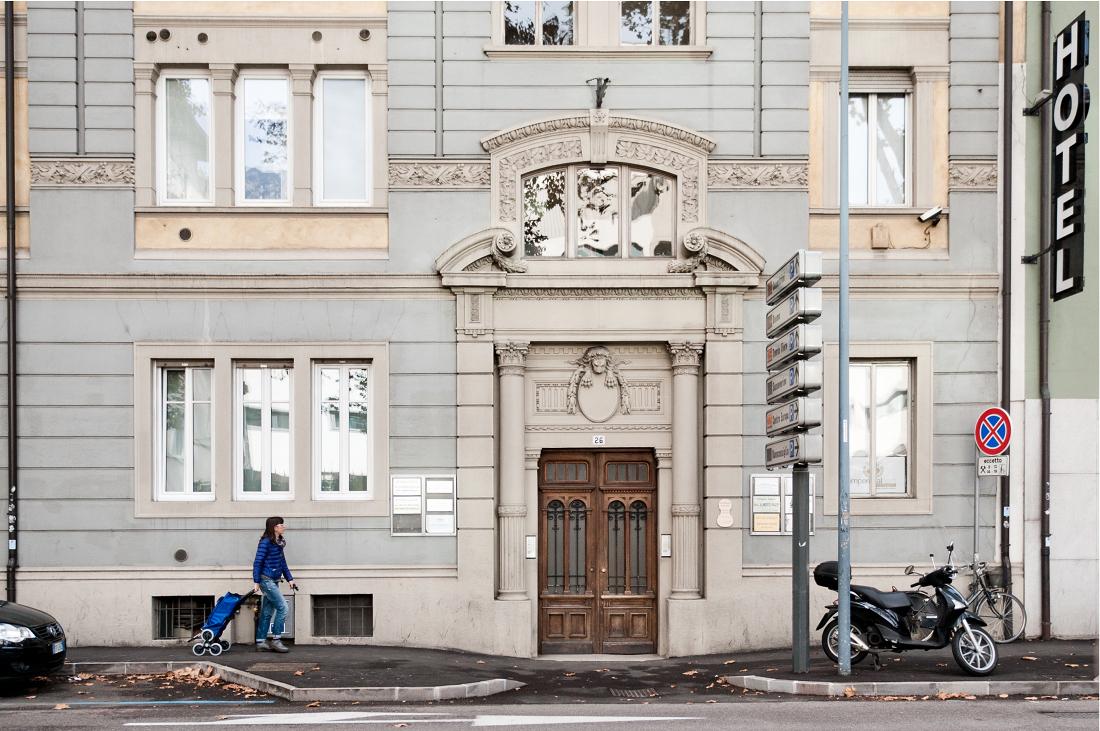 il laboratorio di liutaio di Gianmaria si trova in questo bel palazzo in centro a Trento