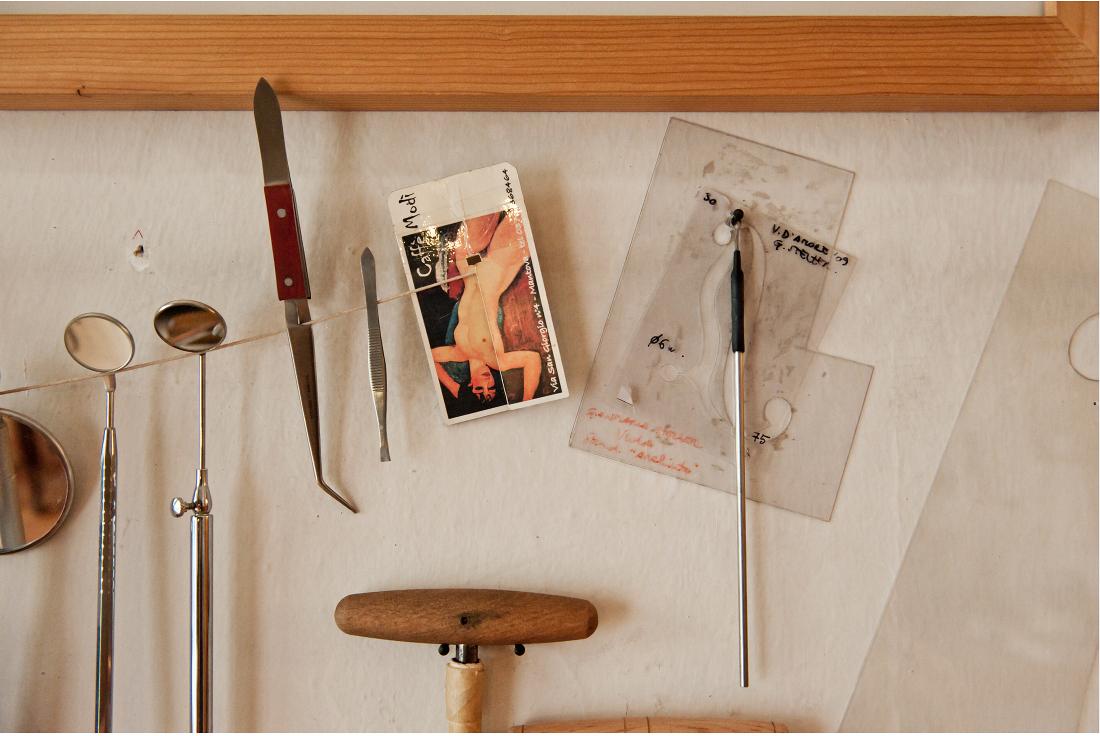 strumenti liutaio nel suo laboratorio di trento