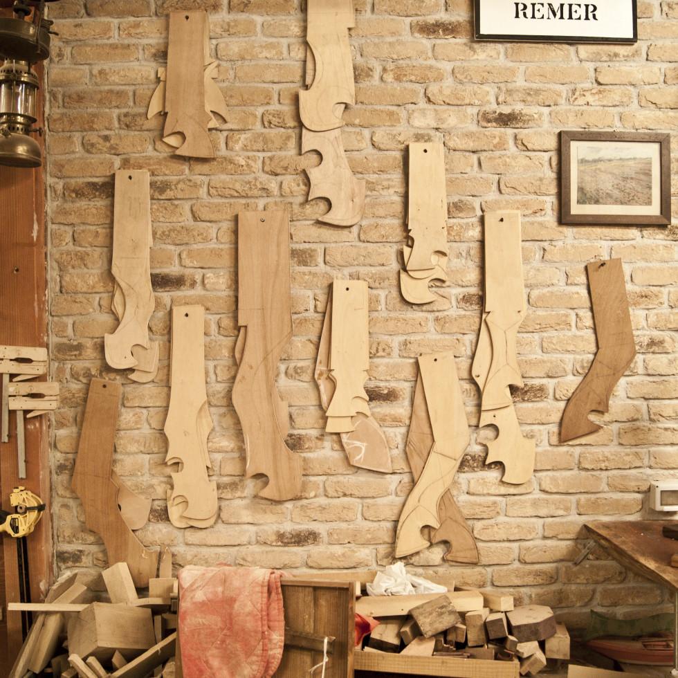 sagome in legno per forcole nella bottega artigiana di Piero a Venezia